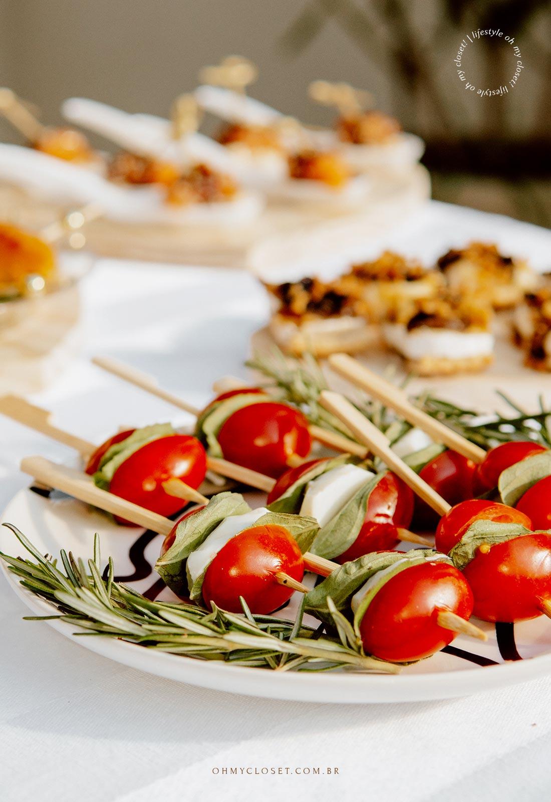 Outro ângulo do palito de tomatinho cereja com mussarela de bufala e manjericão.