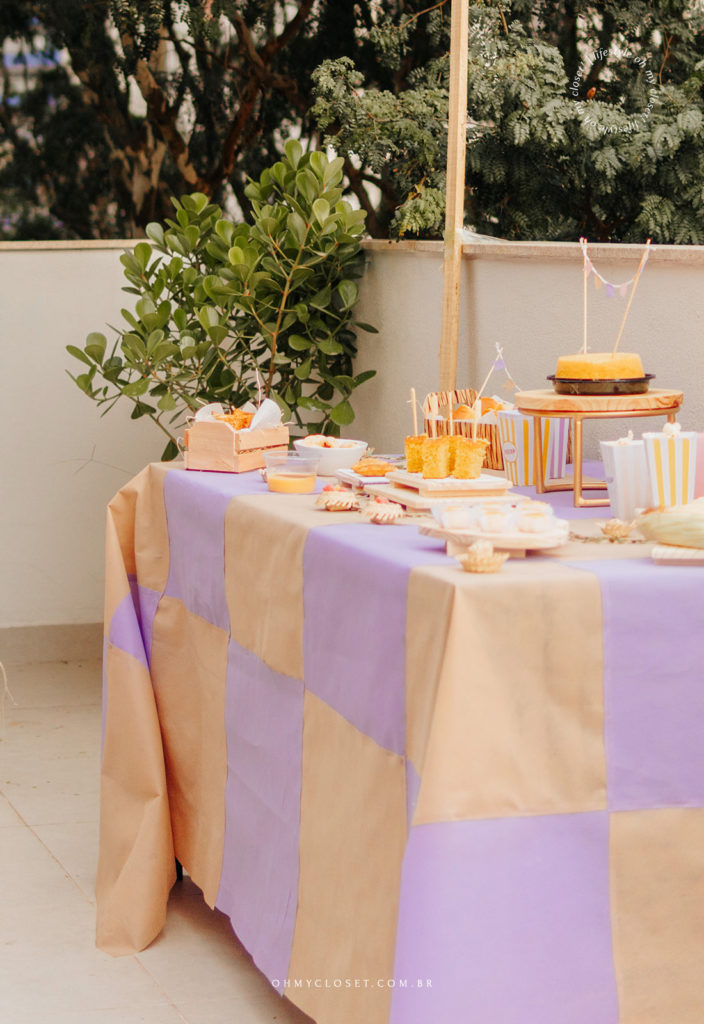 Mesa arrumada com toalha xadrez. Festa junina em casa.