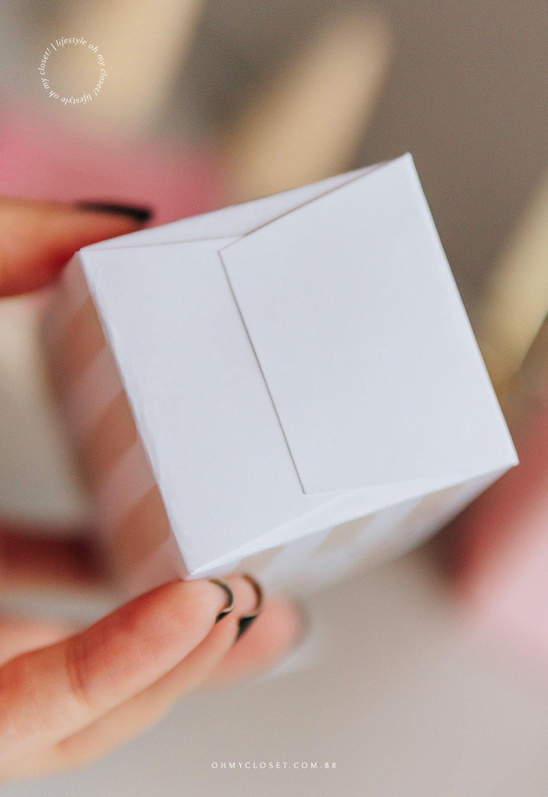Fundo do mini balde de pipoca em papel fechado e colado.