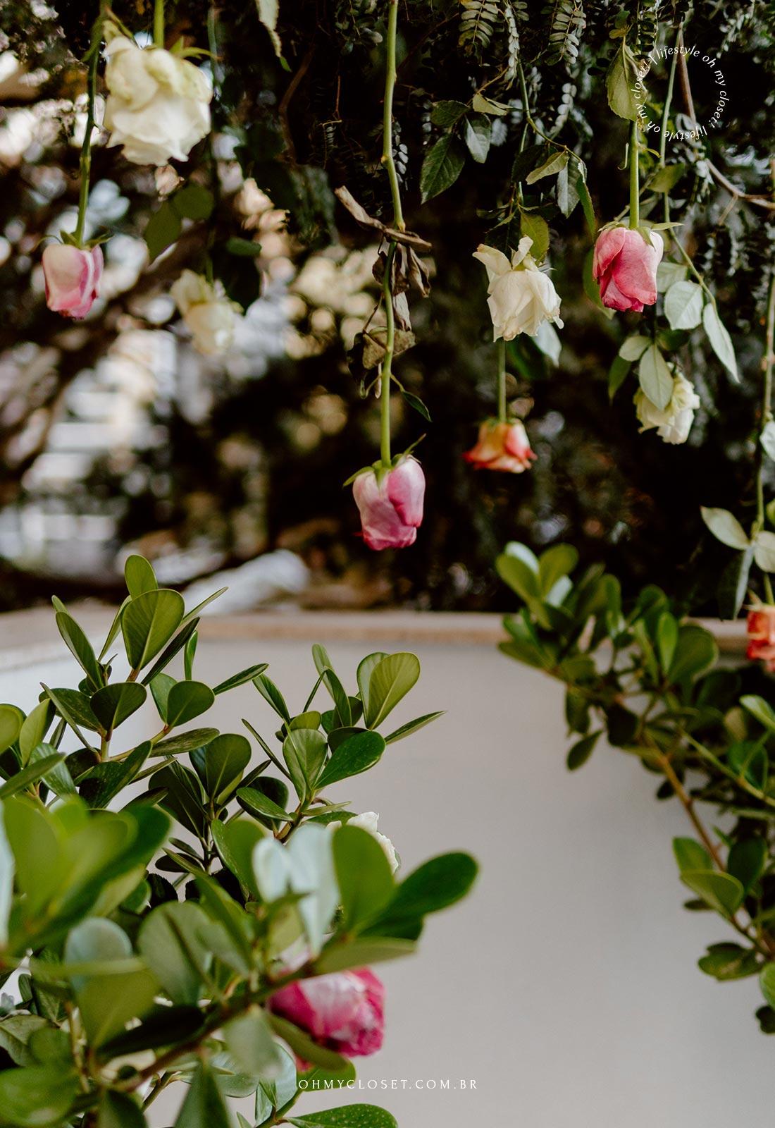 Decoração de árvore com rosas.