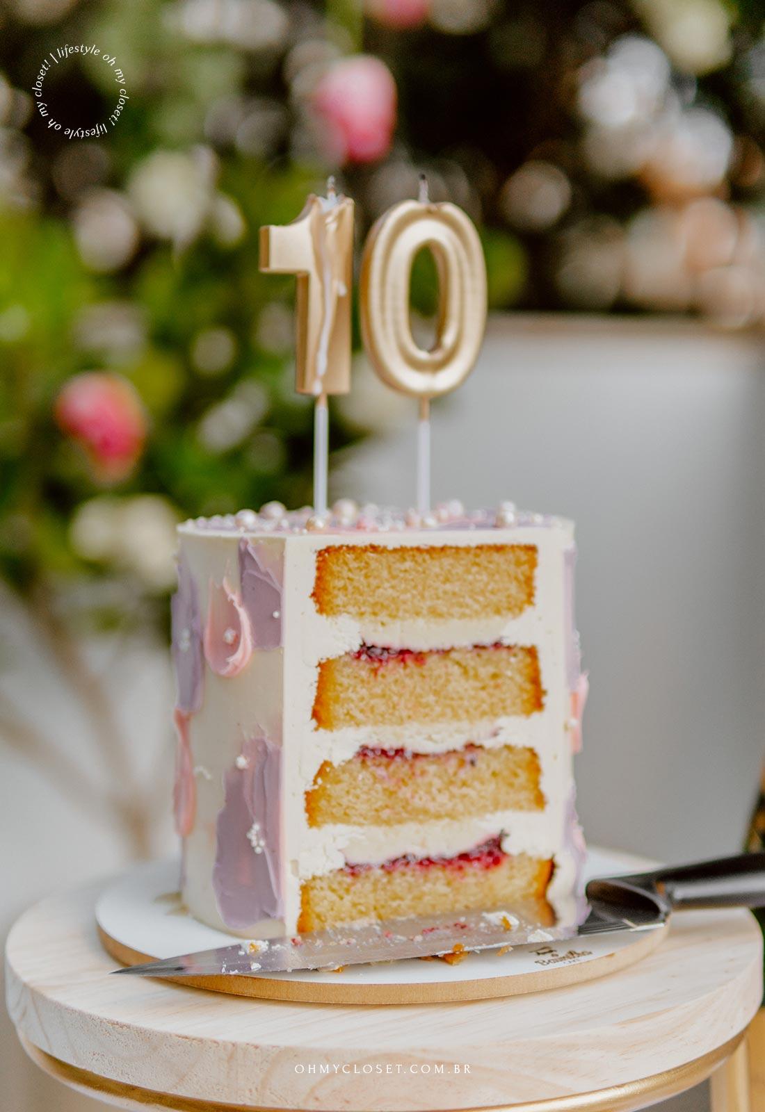 Detalhe do bolo, cortado, com as velas em cima, comemoração em casa durante a pandemia.
