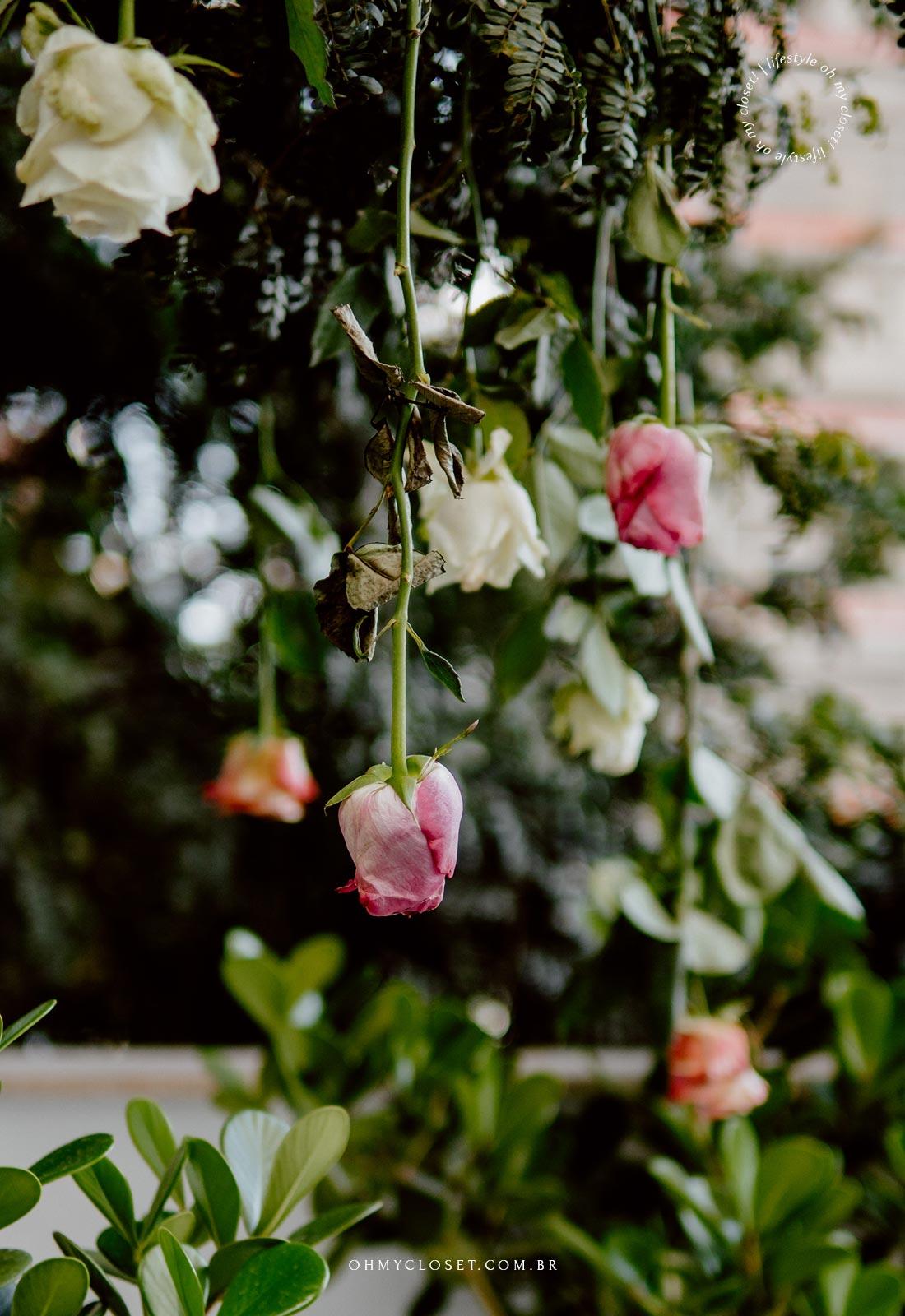 Decoração de árvore com rosas penduradas.