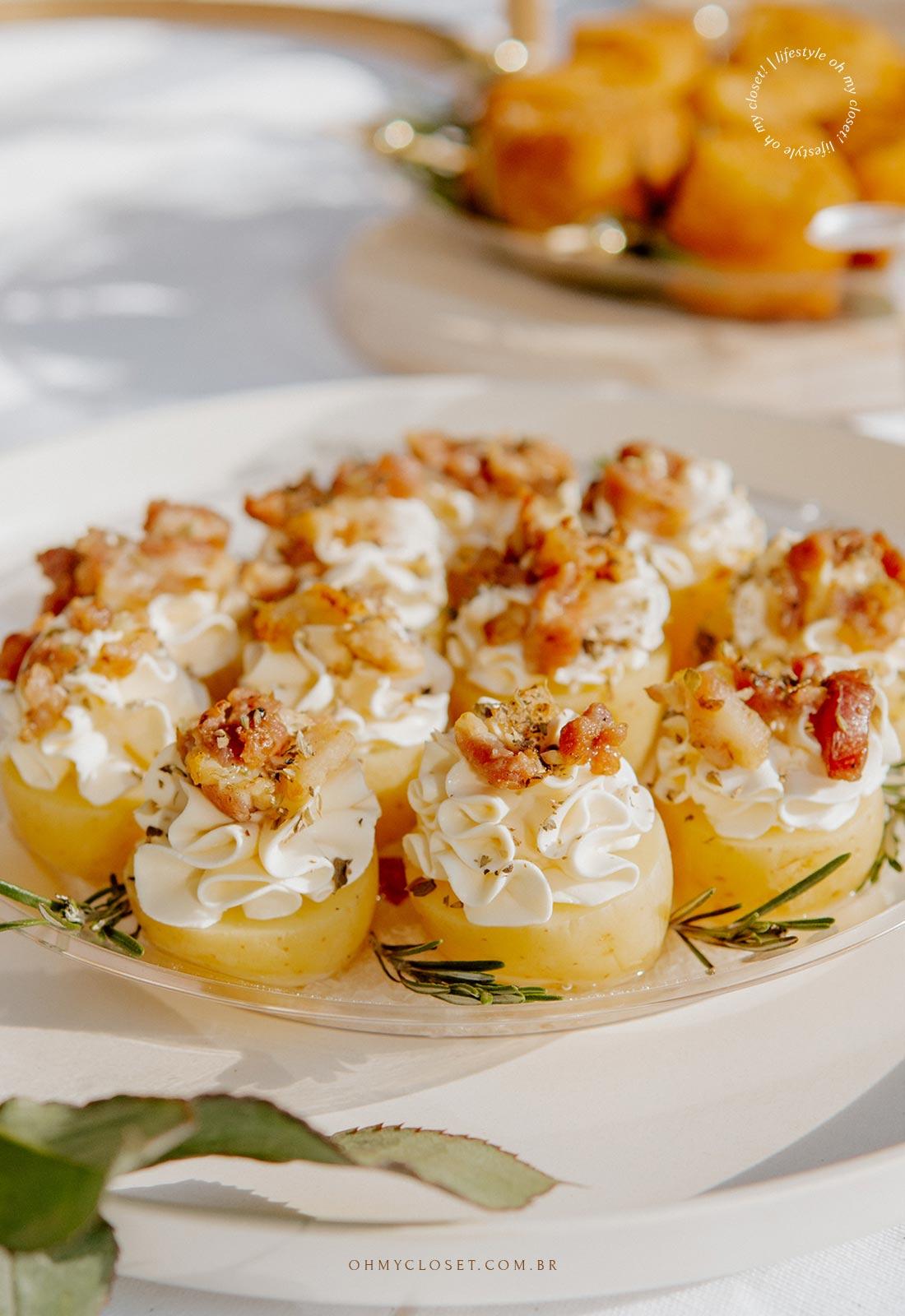 Finger food, mini batata com cream cheese e bacon.
