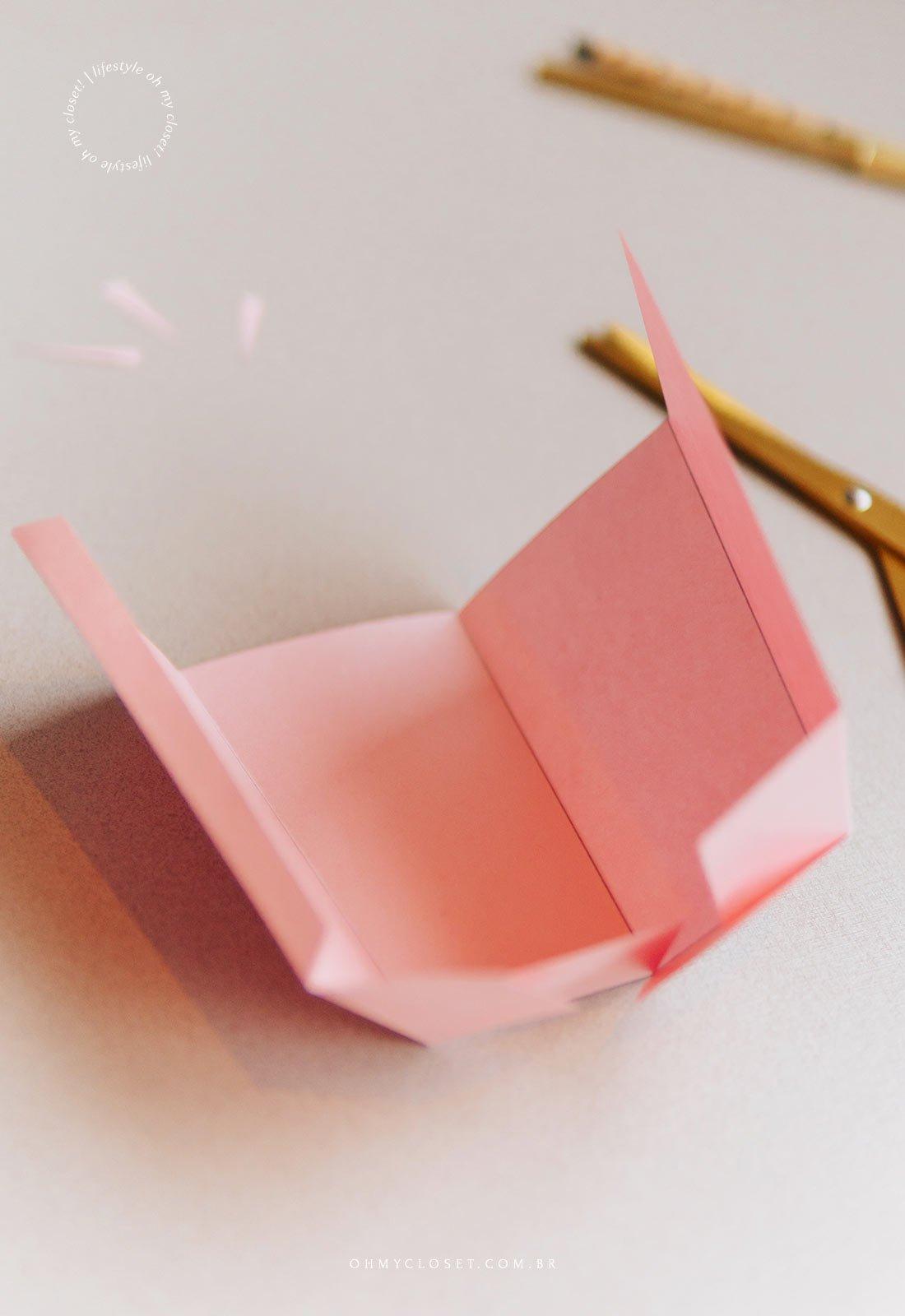 Processo de montagem do mini balde de pipoca de papel.