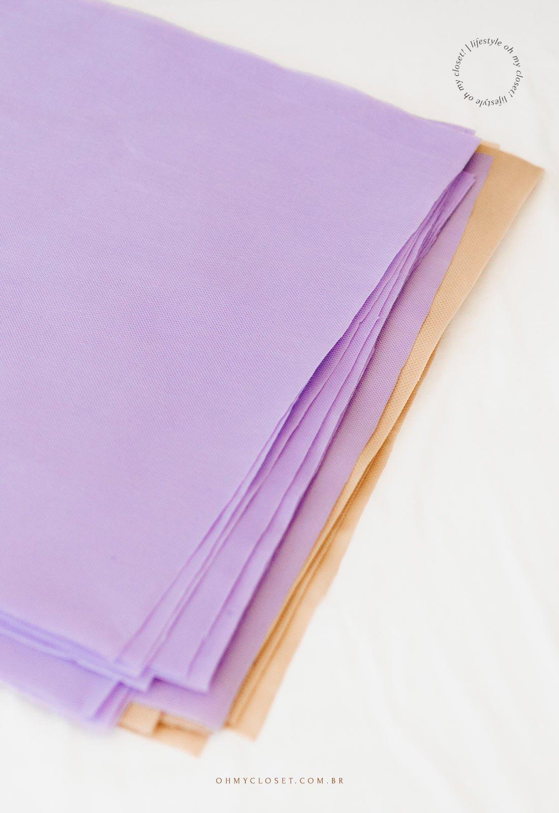 Quadrados de TNT cortados para fazer a toalha para festa junina.