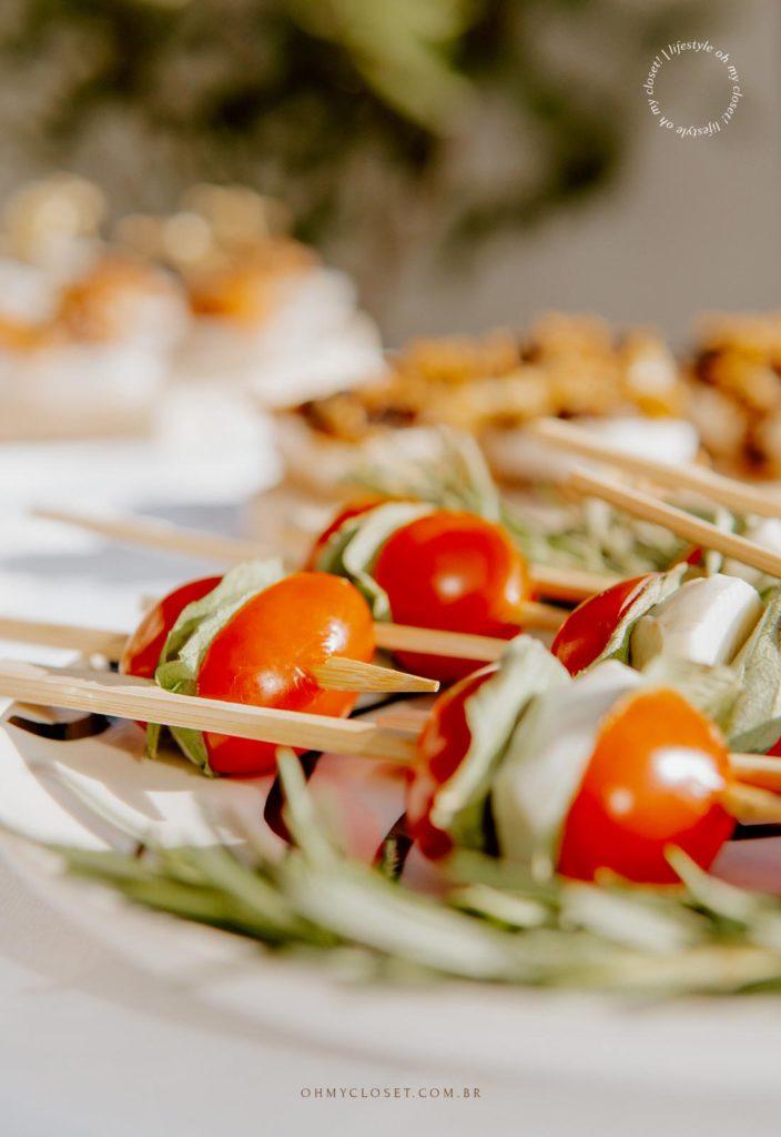 Finger food, palito de tomatinho cereja com mussarela de bufala e manjericão.
