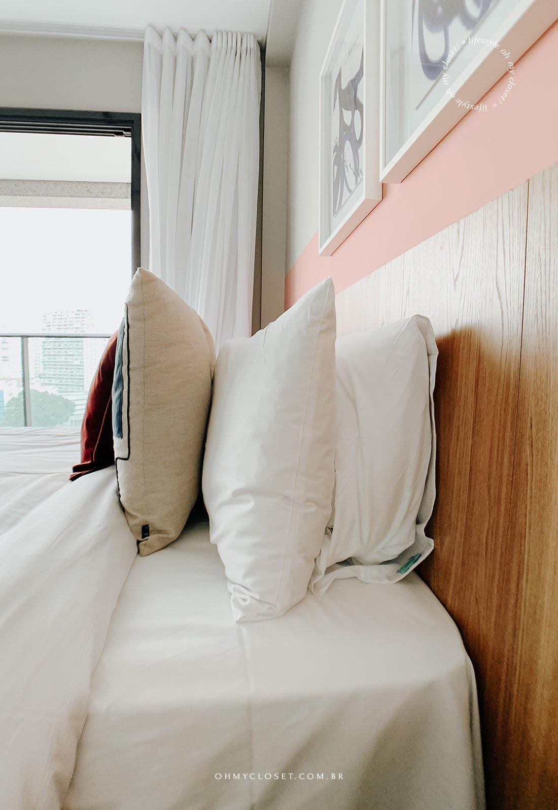 Travesseiros e almofadas de boa qualidade na cama.