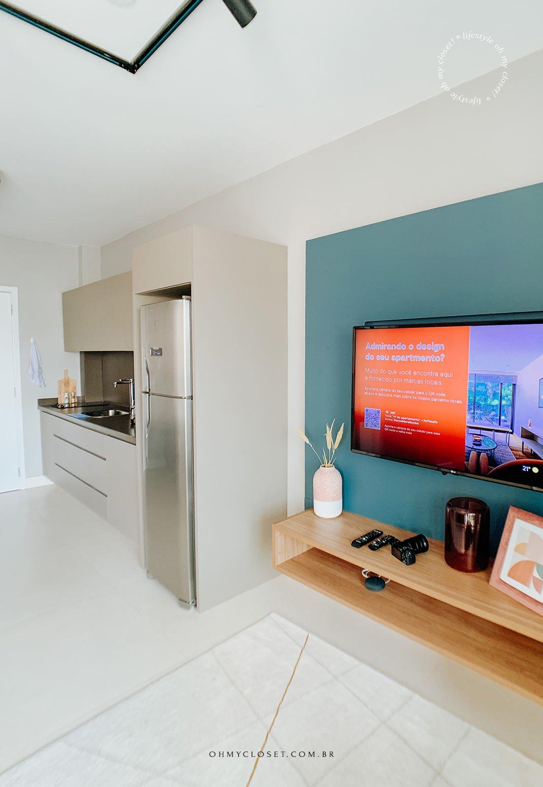 TV, geladeira e pia no estúdio da Casai no Itaim Bibi.