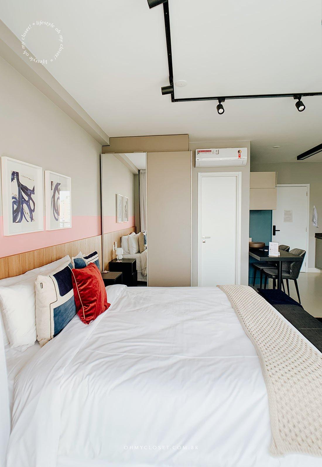Cama, armário e porta do banheiro apartamento para alugar Casai São Paulo.