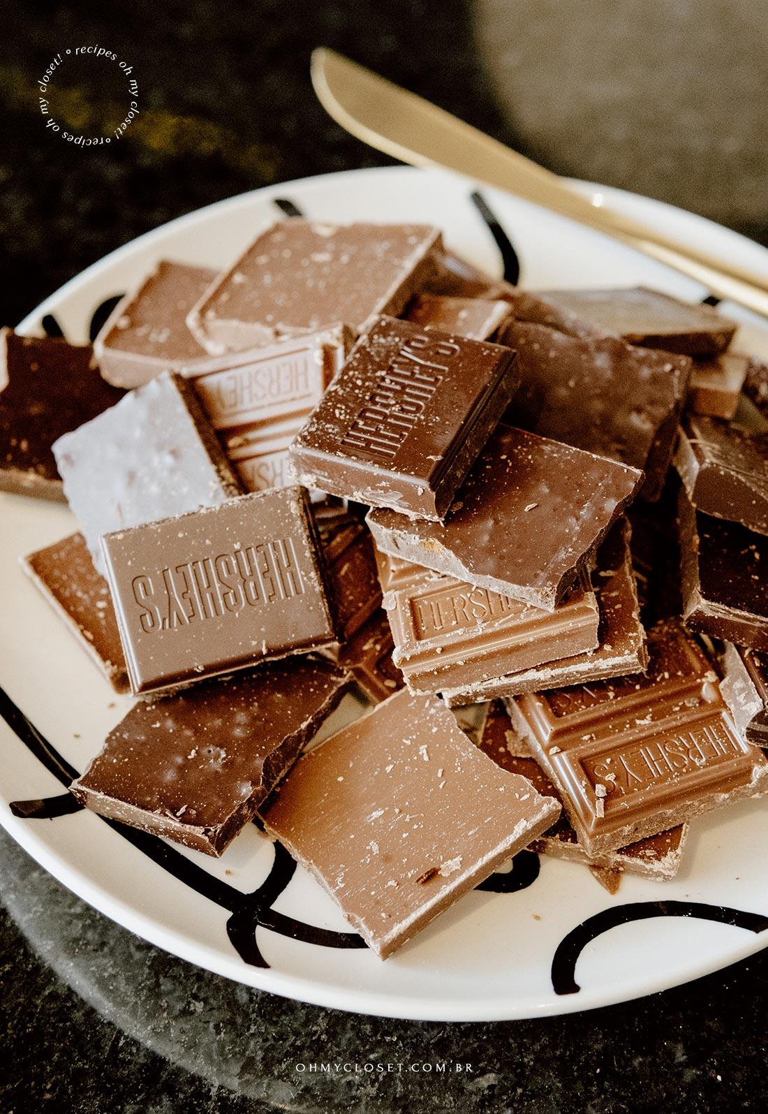Detalhe do chocolate pronto para ser derretido.