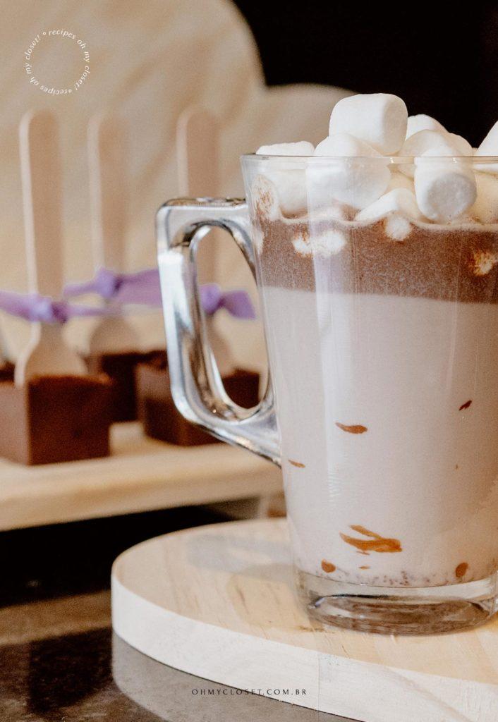 Detalhe do chocolate quente no palito pronto, com mini-marshmallow.