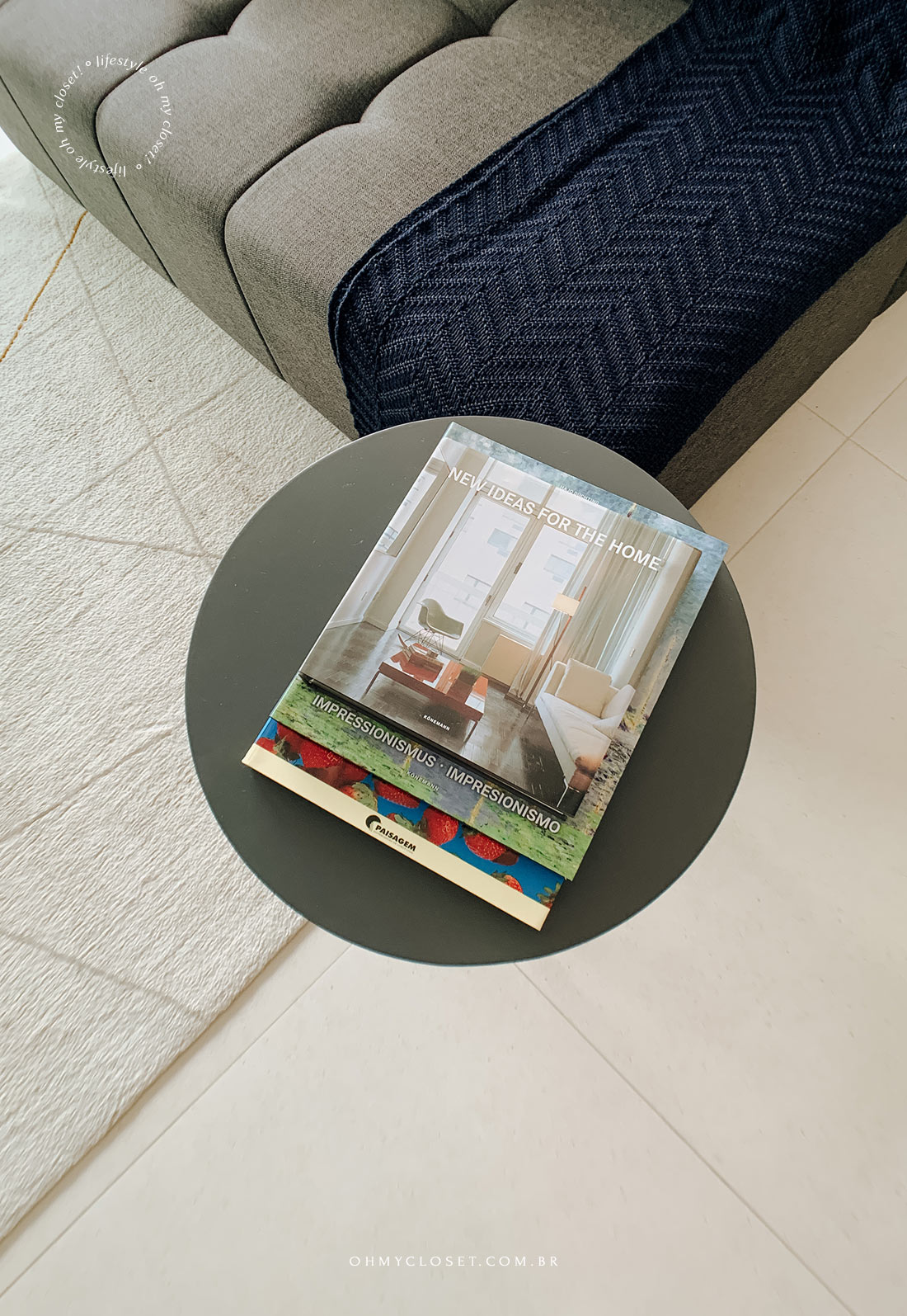Revistas e livros no estudio da Casai no Itaim Bibi.