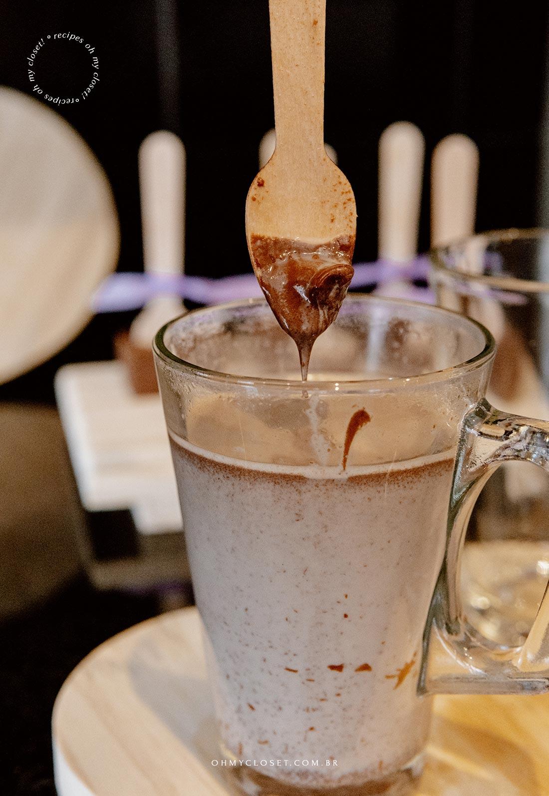 Chocolate quente no palito quase pronto.