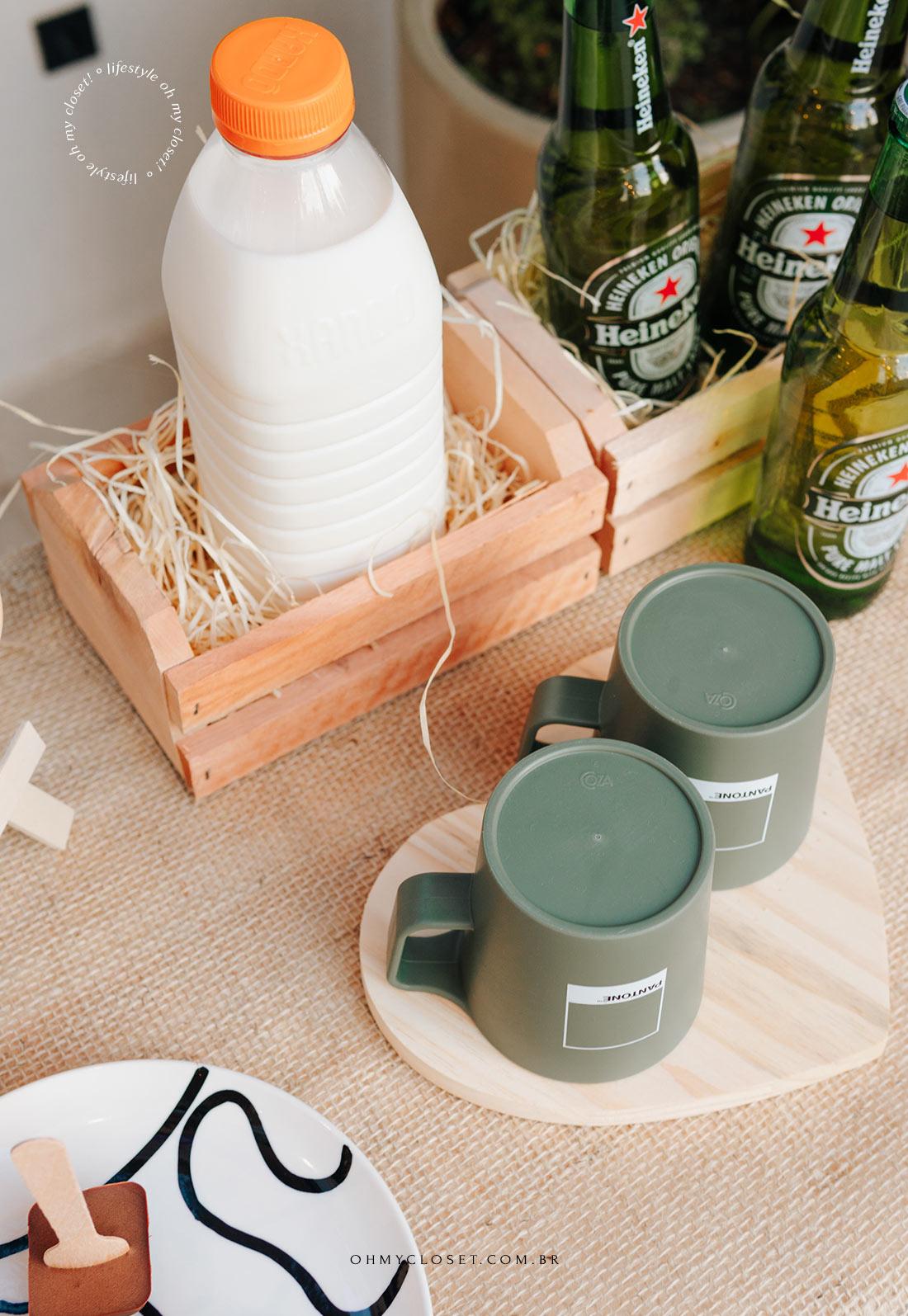 Garrafa de leite em mini caixa de laranja