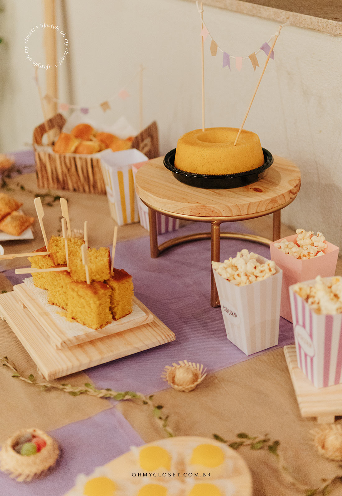 Outro ângulo da mesa de comida com as decorações de festa junina e toalha de T.N.T. xadrez feita em casa