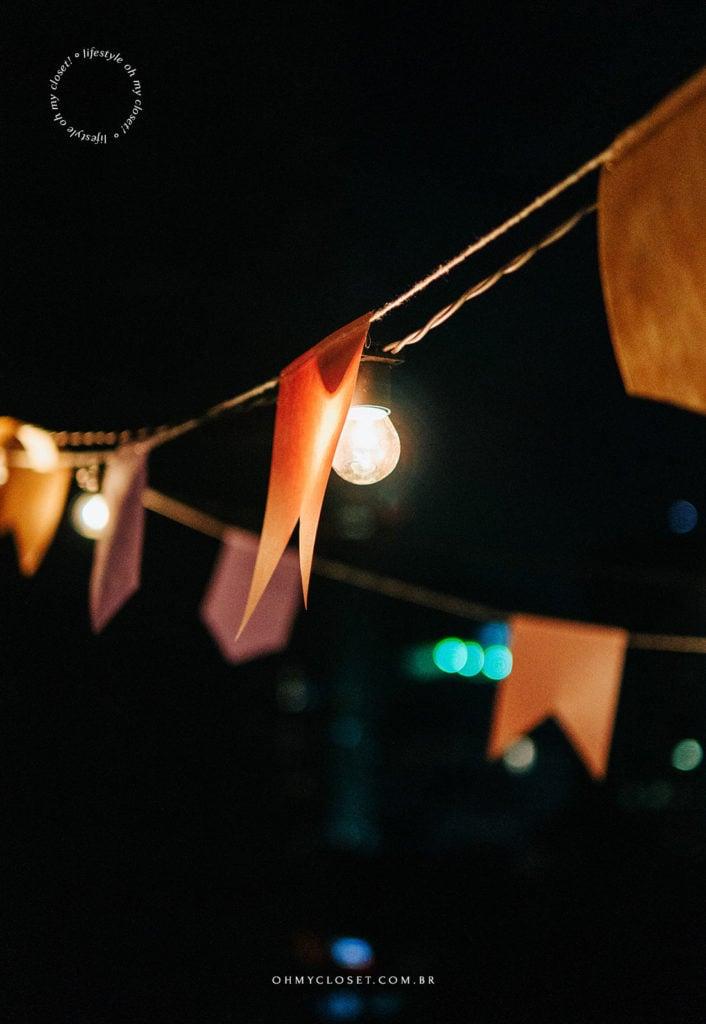 Varal de lâmpadas e bandeirinhas para festa junina em casa