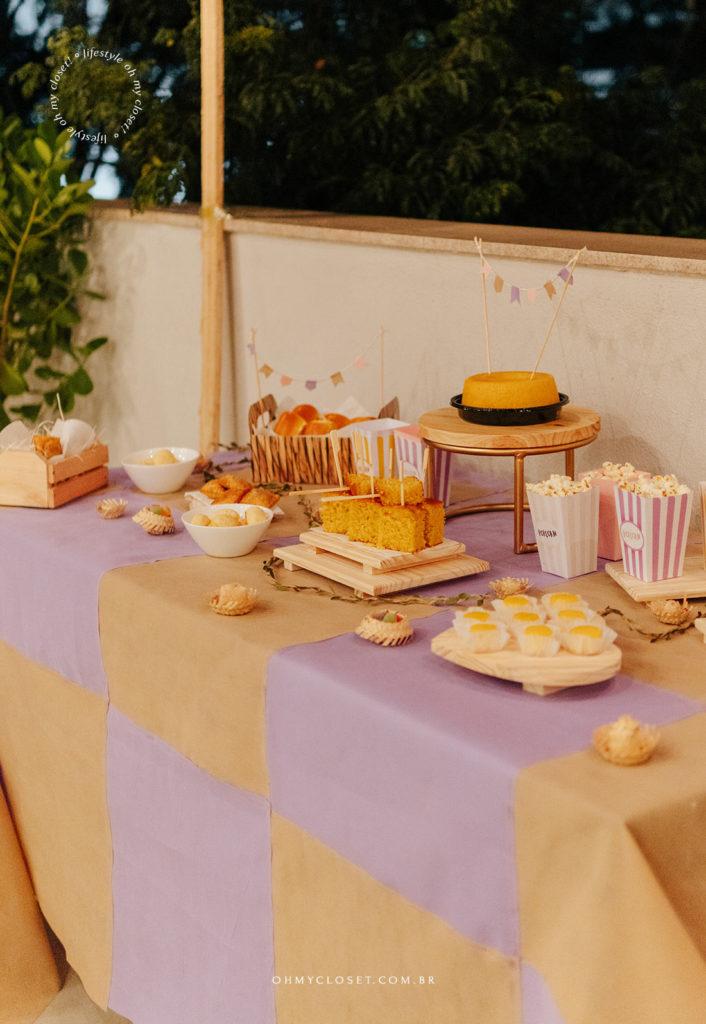 Mesa de doces e quitutes de festa junina