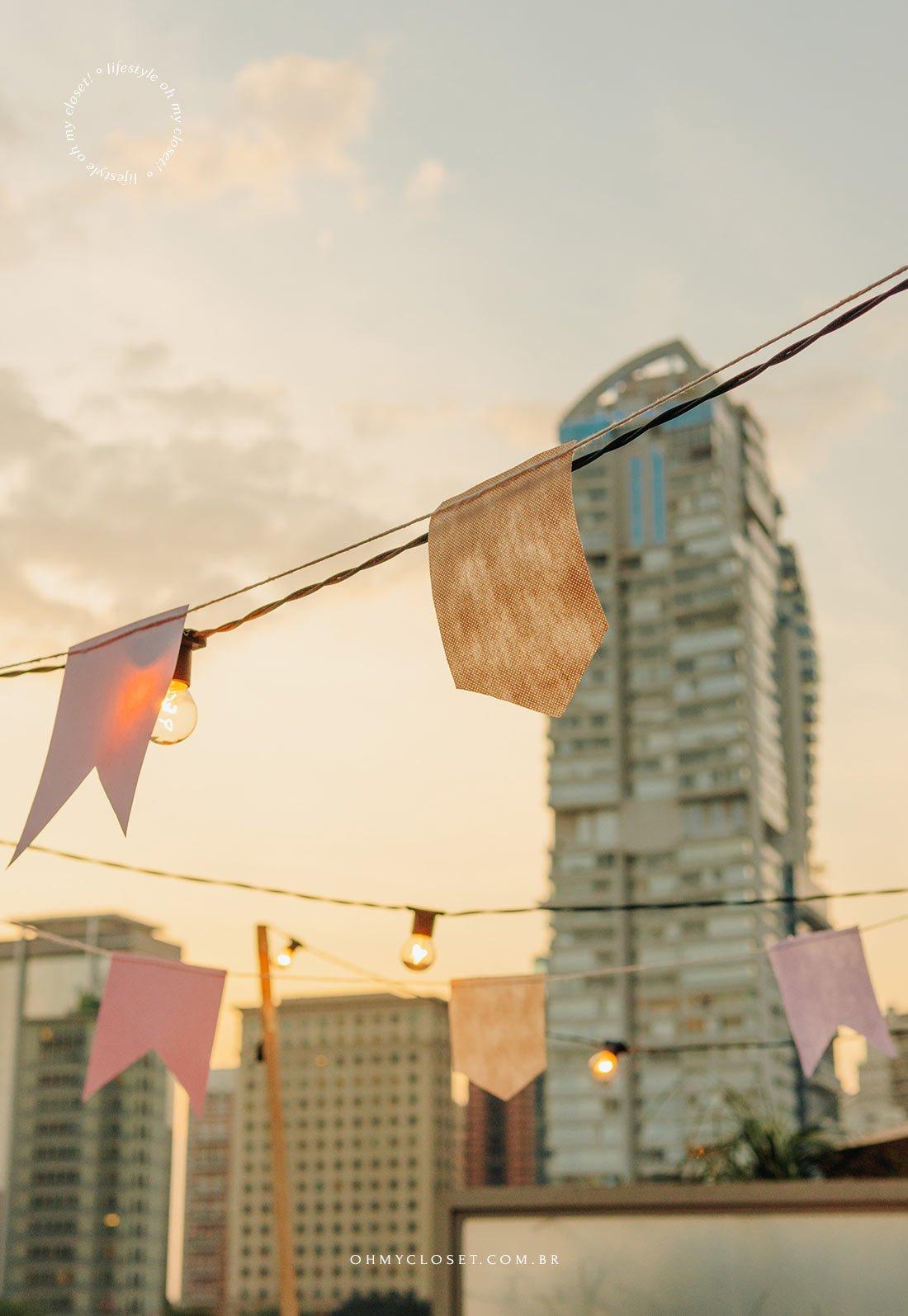 Detalhe das bandeirinhas para festa junina em apartamento