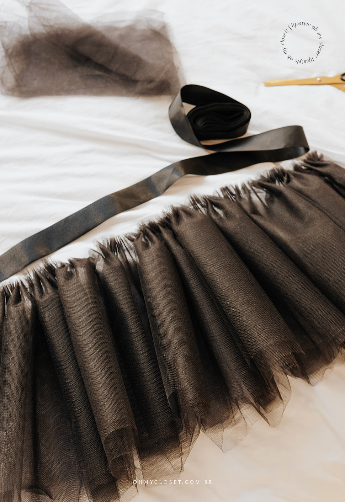 Colocando a fita para terminar a saia de tule para festa junina.