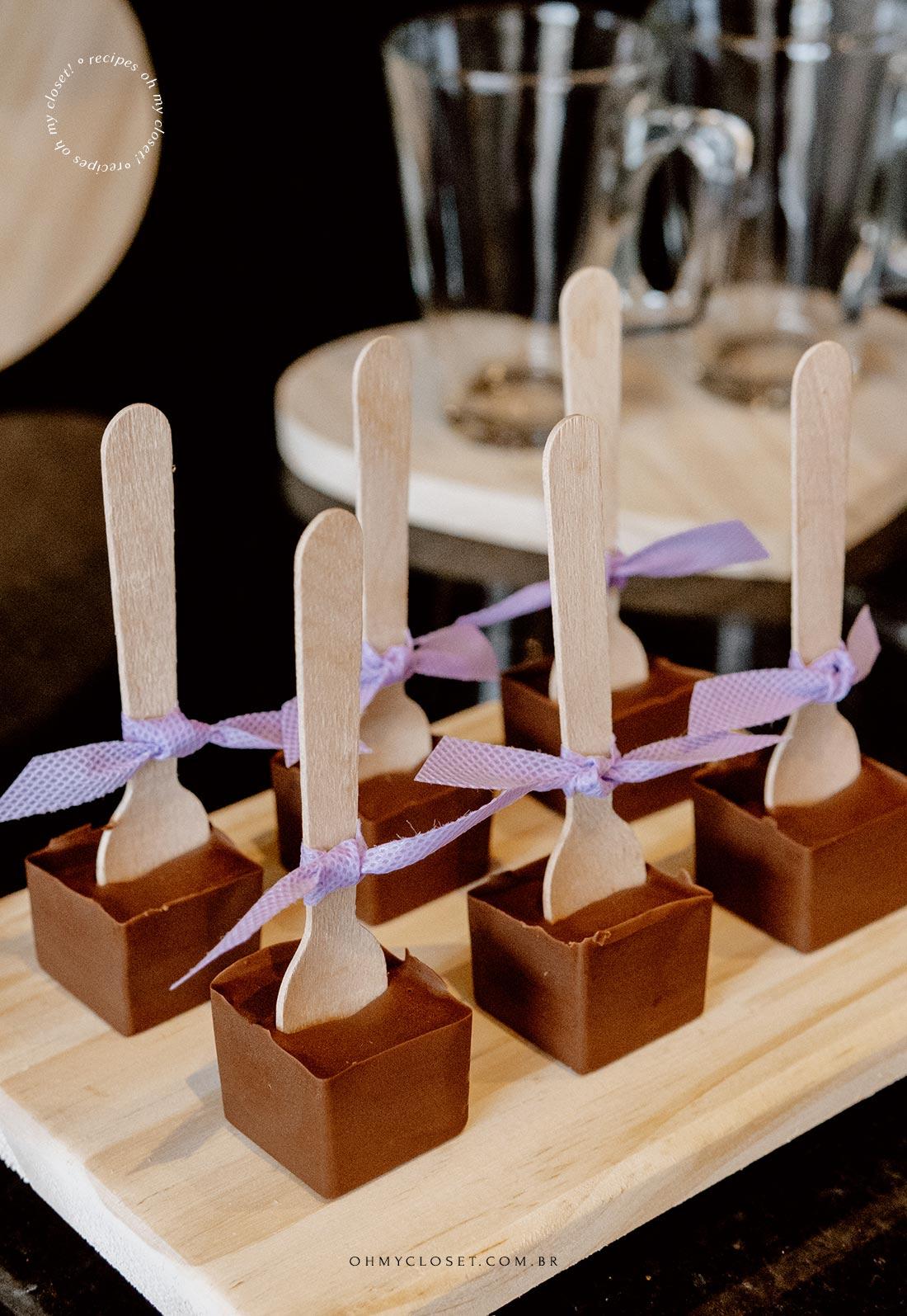 Tábua arrumada com o chocolate no palito pronto para ser usado para fazer chocolate quente.