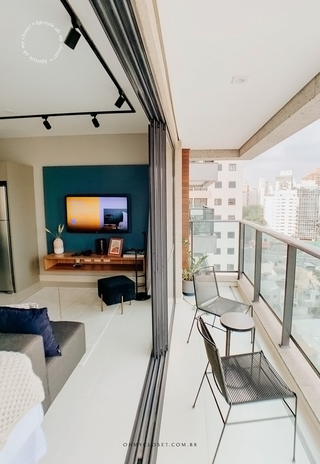 Vista da sacada e sala de tv no estúdio da Casai em São Paulo.