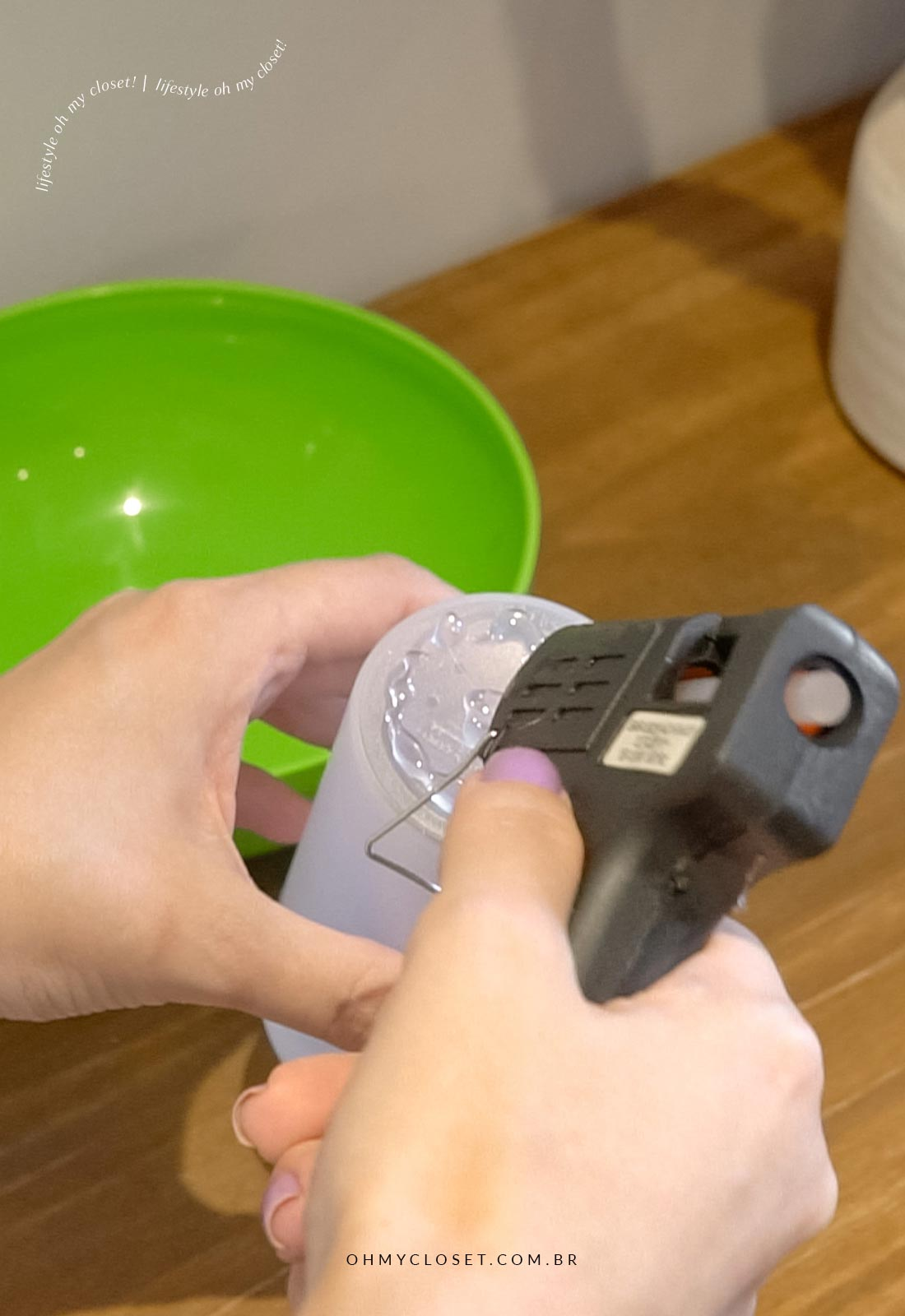 Colando o fundo do copo no fundo do bowl para dar o formato do vaso escandinavo.