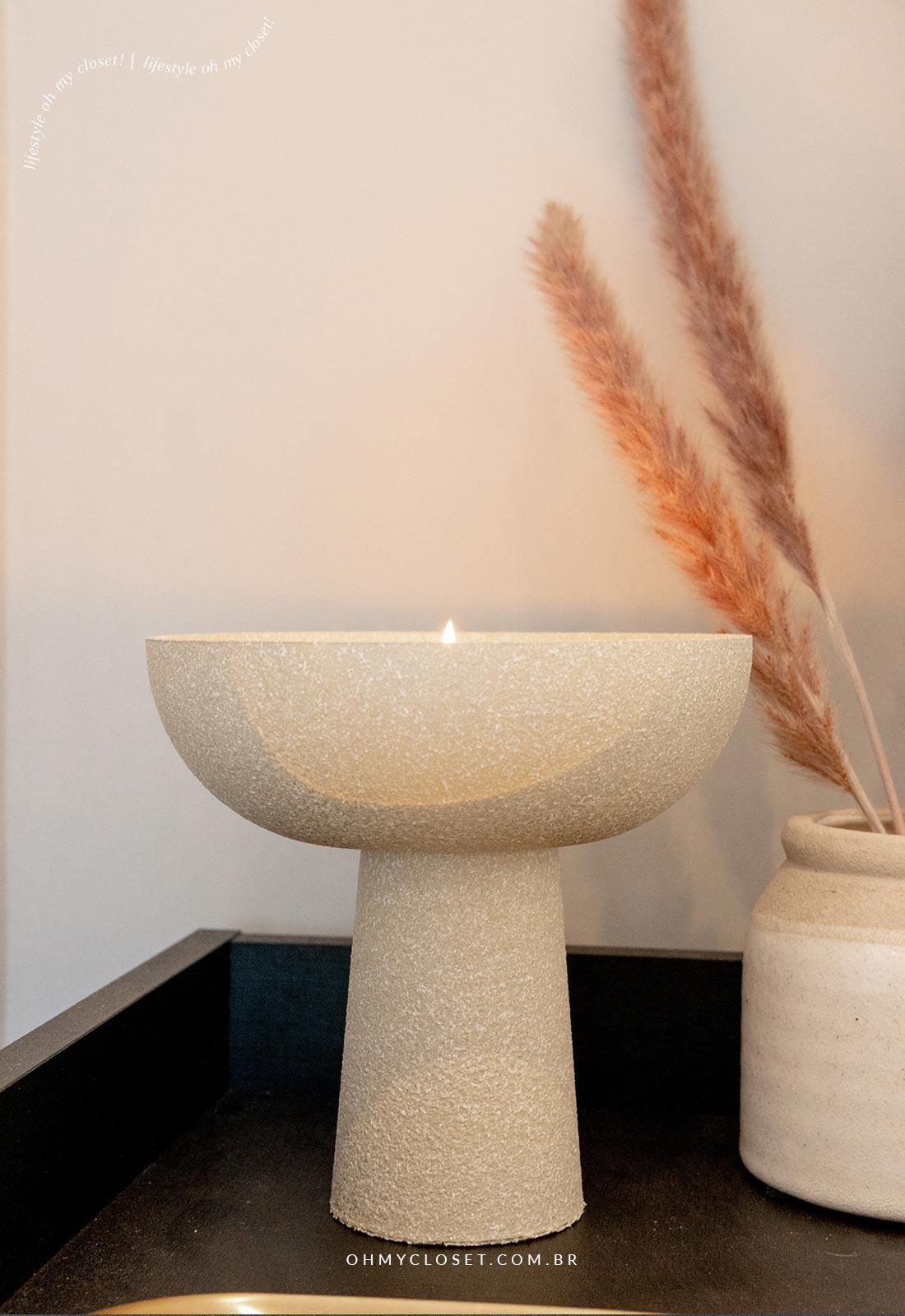 Decor escandinava com vaso feito em casa e ramos secos.